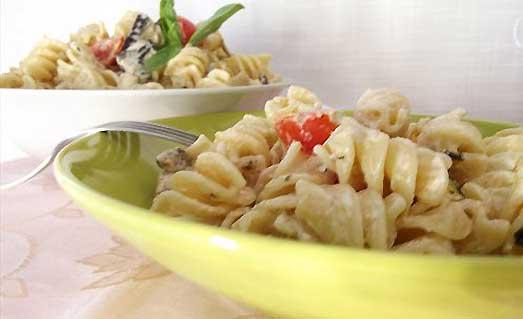 Pasta fredda con verdure grigliate e philadelphia