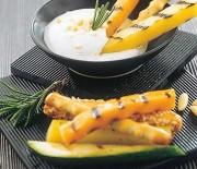 Bastoncini di verdure in salsa di yogurt e pinoli