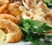 Fritto misto di calamari e gamberi con salsa di maionese e yogurt